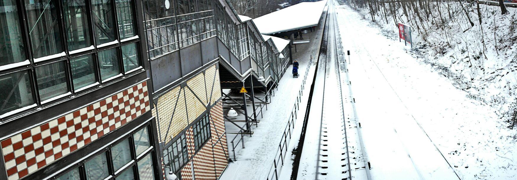Auf Die Sbahn Warten Botanischer Garten Winter White By CanvasPop Railway