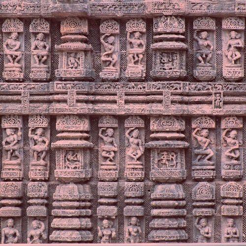 आयुष्यात एकदातरी भेट द्यावी अशा कोणार्कच्या सूर्यमंदिरातील शिल्पकलाकृतीचा एक लहानसा अप्रतिम नमुना. Incredible carving at Sun Temple, Konark, Orissa, India. @shotsbyyou Shotsbyyou Desi_diaries Desidiareis Jaipurdiaries @desi_diaries @repostindia Repostindia