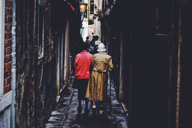 Streetphotography Streetphoto_color Street Old But Awesome Fashion Street Fashion Lifestyle Grandma VSCO Peoplephotography Venice Lane Alley Sony A6000 Walk This Way Walking Around The Street Photographer - 2016 EyeEm Awards