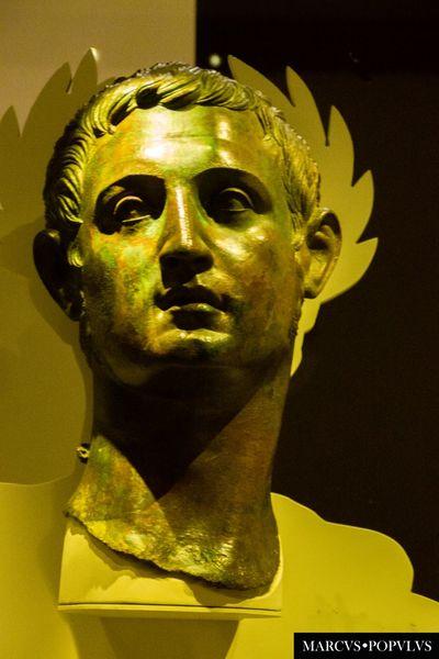 Título: Gaius Iulius Caesar Octavianus Autor: Marcus Populus. Lugar: MAN Madrid. Cámara: SONY SLT-A65V Punto F: f/5.6 Tiempo de exposición: 1/10s Velocidad ISO: 1600 Distancia focal: 90mm Gold Colored