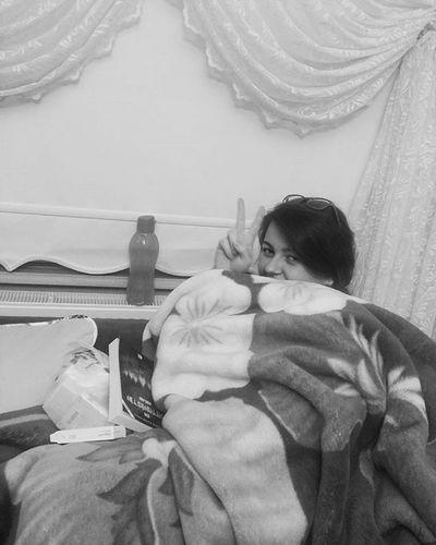 4 ay insansız kalan ve ısınmak nedir bilmeyen evde yaşam mücadelesi benim yaptığım. Annem de beni görüp gülme krizlerine girip bu hallerimi fotoğraflasın, anca. 😷💊📖💦Köy Hayat Life Soguk Cold Tatil Holiday Kitap Okumahalleri Ilaç Dost Bu Gece Boyle Iyigeceler Dunya Goodnight World Turkey Türkiye Edirne Instagram Instagood Blackandwhite Siyah beyaz fotoğraf anıyakala photograph happy