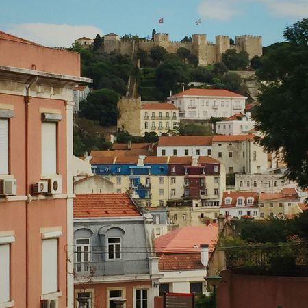 Casario de um bairro lisboeta com o Castelo de S. Jorge ao fundo. Eyem Lisboa Lisboaelinda Turismo Castelosdeportugal Castelodesaojorge Casas De Lisboa Lisbonlovers Vistas Views EyeEm Portugal