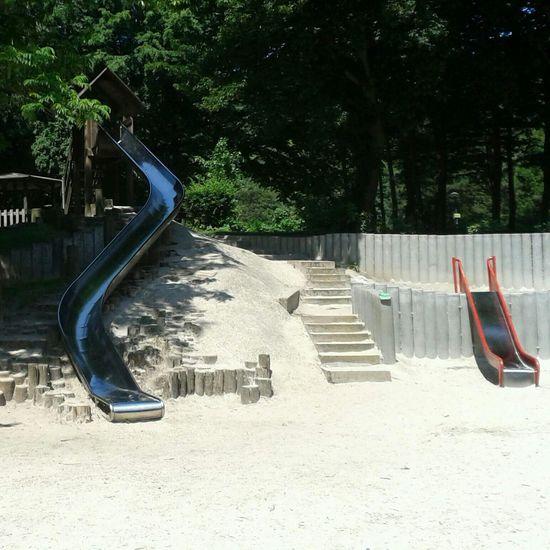 Hier gibt es auch einen Spielplatz. Mit sogar einer schönen großen Rutsche Fun Funny Playground Rocking The Playground