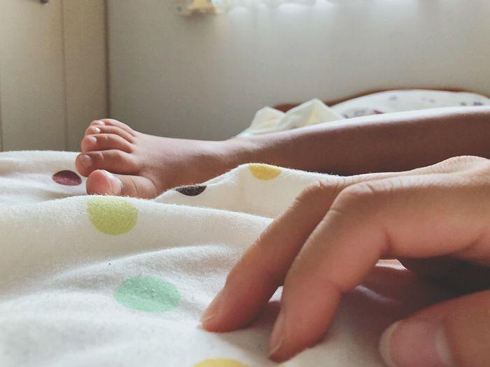 私の手と 娘の足 。 カメラ欲しい… Goodmorning :) Indoors  Human Body Part Real People Babyhood Childhood Body Part