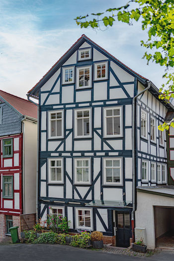 Heimat Zuhause Haus Wohnung Built Structure Architecture Building Exterior Building Residential District House Window Day No People Nature Plant Sky Outdoors Cloud - Sky City Façade Row House Tree Roof Potted Plant Apartment Altstadt Marburg Oberstadt Fachwerkhaus Heimat Wohnung