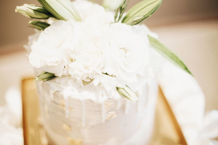 White wedding cake with floral center-piece Wedding Cake Weddingportrait Malaywedding Malaysiawedding Weddinginspiration Malayweddingphotographer Malayweddingphotography Weddingphotomag Weddingdiarieskl Flower Wedding Close-up