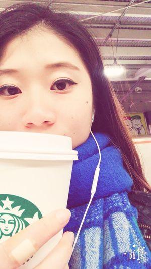 トールサイズじゃ足りなくて、グランデだと多い。 Starbucks устала после работы японка япония токио