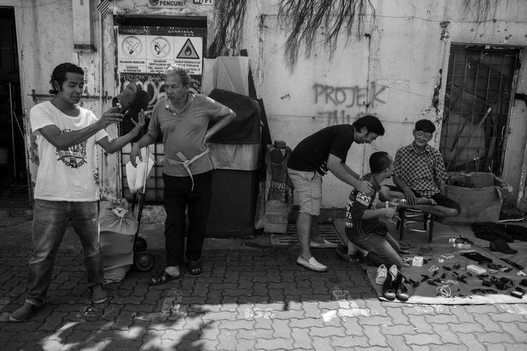 time at the back alley Blackandwhite Street Life Life Of People Malaysia Streetphotography Street Photography Street Light Streetphoto_bw Street Art Subject People People Photography Saxophone Full Length Standing Musician Men Women Arts Culture And Entertainment Street Art Graffiti Hip Hop Friend