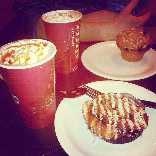 P'tit dèj Starbucks avec l'homme @loiccortinovis ! Starbucks Lattenoisettecaramel Chocolatcaramelsalé Cinnaponroll muffin cranberry weekend happy love