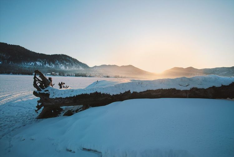 Восход в горах Mountain Snow Winter Mountain Range Copy Space Outdoors Lake Landscape Clear Sky Cold Temperature Nature Sky Beauty In Nature Adults Only Adventure Scenics Sunset Two People Adult Vacations