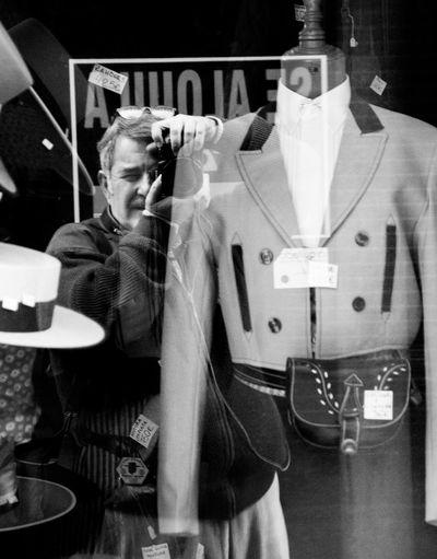 De fotos por Sevilla. Andalucía. España One Person Streetphotography Monochrome Blackandwhite Street Photography Fotocallejera Sevilla Seville