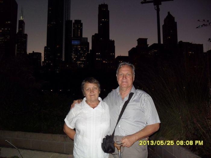 На улице ночного Чикаго. Моя любимая жена и ее супруг, т.е. Я.