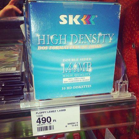 Aztakurva, ilyet még árulnak??? :-D sztem van olyan fiatal, aki azt se tudja mi ez :-D Retro FloppyDisk Floppy
