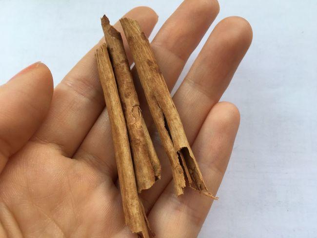True cinnamon from Sri-Lanka Cinnamon Cinnamonrolls Close-up Food Food And Drink Foodporn Hand Healthy Eating Heathyfood Holding Human Body Part Human Hand In My Hand Ingredient No People Species White Background