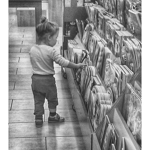 Ariyorsak sebebi var herhalde 😏😏 Boyama kitabimin besinci baskisi yok ! Kids Reading Goodreader Girl cute lovely lovelymoments instakid instadaily goodmoments