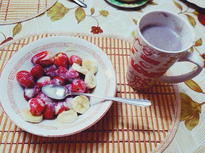 Breakfast ♥ Yummi Loveit♡ Blueberries Smoothie *-* Fresas,banana,lechecondensada yeeeeiiiii