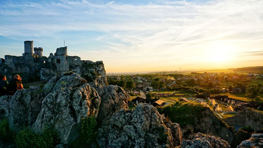Sunset at my favorite castle. Sit down, chill and enjoy the view! Szlak Orlich Gniazd History History Through The Lens  Castle Castles Castle Ruin Poland Sony A6000 Landscape Landscape_photography Colors Chilling Friends Sunset Sky Architecture Cloud - Sky Fortress Fort Medieval Countryside Fortified Wall