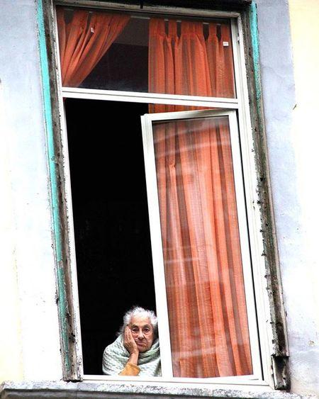 Street Strada Signora Finestra Window Oldwoman Dritare Grua Evjeter