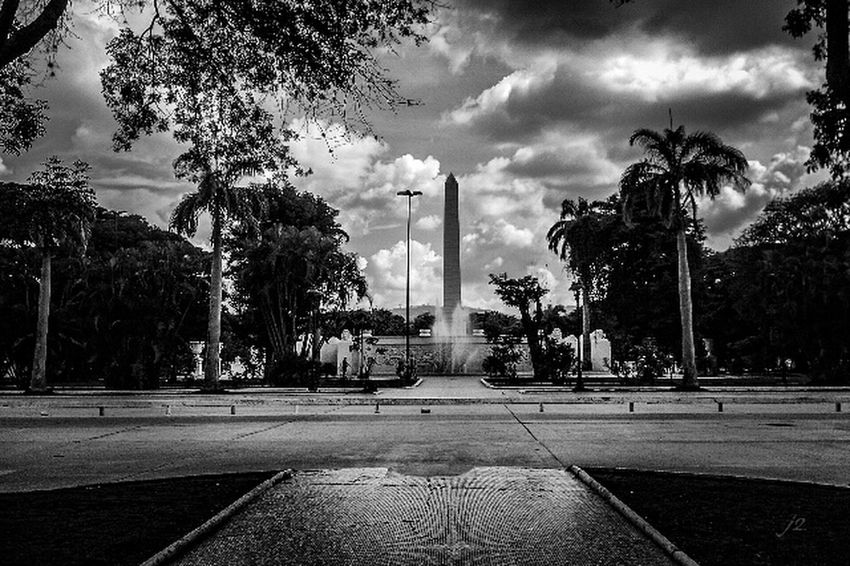 Architecture Streetphotography Blackandwhite Fantastic Exhibition Caracas Streetphoto_bw Historical Sights Venezuela Monument Blancoynegro Mycity Blackandwhitephotography J2 Miciudad Check This Out Famous Place Tourists Vacations Vista Cloud - Sky Building Exterior The Way Forward Black And White Photography Fotografia