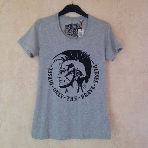 Футболка серого цвета марки Diesel, декорирована фотопринтом. Размеры: S, M, L, XL. Состав: 100% хлопок. модно Shopping футболка Одежда