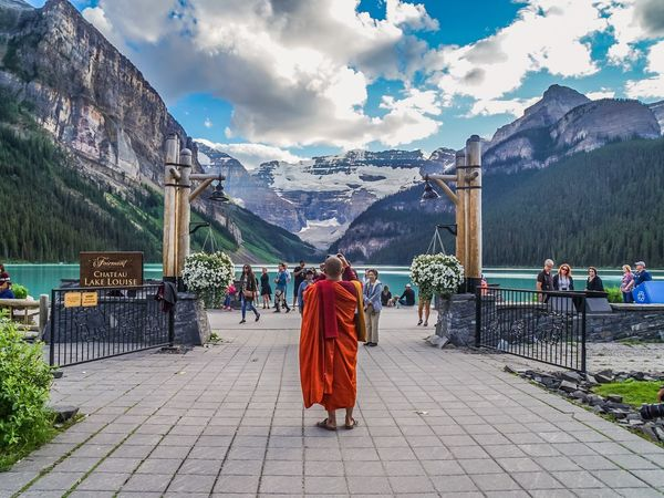 EyeEm Gallery Banff  Canada EyeEm Nature Lover Banff National Park  EyeEmNewHere EyeEm Best Shots EyeEm EyeEm Selects Lake View Rear View Mountain Real People Cloud - Sky Sky Men People Architecture Full Length Leisure Activity Lifestyles Nature Women Adult Built Structure Clothing Day Plant Tree Outdoors