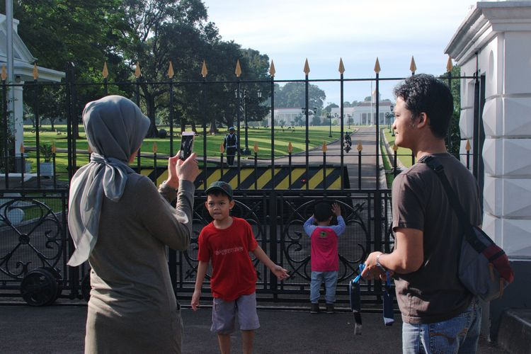 A scene in front of Bogor Presidential Palace, Indonesia. December 2017 Streetphotography Documentaryphotography Istana Bogor Taking Photos Taking Pictures Family Hang Out Morning Having Fun Picnic Vacations Togetherness Friendship People Teenager Enjoyment Fun Leisure Activity Standing Outdoors Childhood Bonding Adult Child City EyeEm Ready   The Street Photographer - 2018 EyeEm Awards