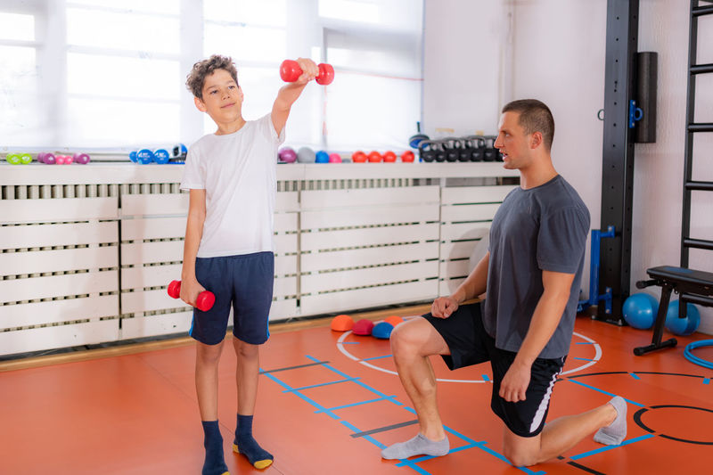 Dumbbell weigh training for children, strengthening arms and shoulders