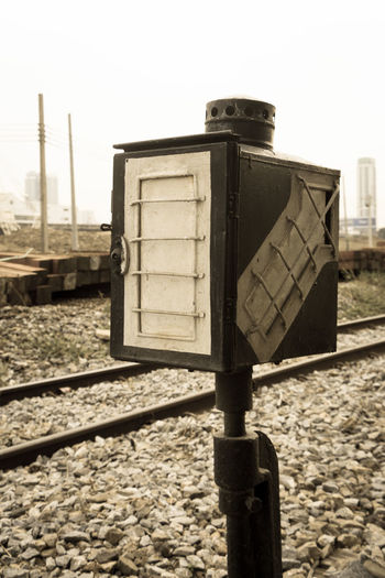 Outdoor Electric Travel Track Aged Way Rail Box Warning Control Lamp Code Direction Old Arrow Train Station Station STAND Railway Sign Retro Vintage Metal Design Light