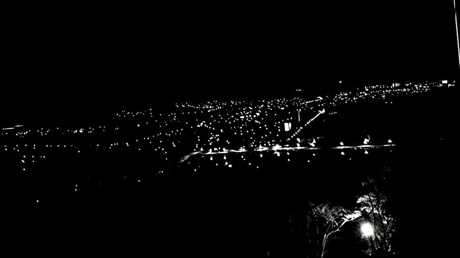 夜景 モノクロ 山