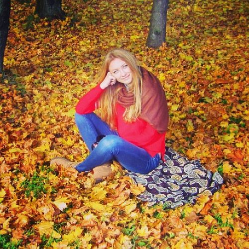 Autumn girl Moscow Moscowgirl Unknowngirl Yellow leaves autumn girl beauty cute candy romantic девушка незнакомка москва moscow_life instamoscow листья осень autumn