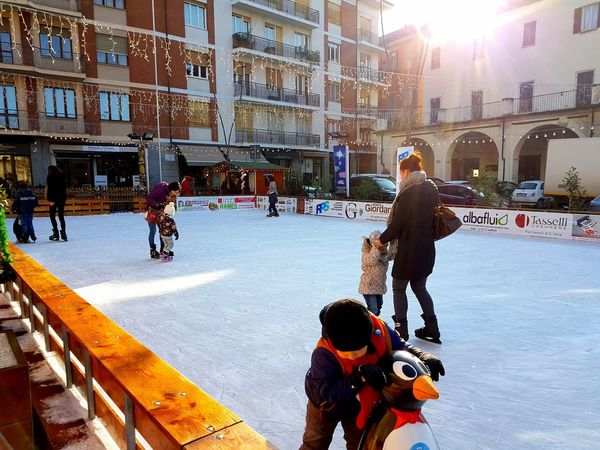 Traveling Home For The Holidays Winter Cold Temperature Snow Warm Clothing Outdoors People Ice Rink Adults Only Pausa Break Time Feel The Journey Street Photography Feel The Journey, Wet Ice Ghiaccio Ice Rink Ice Age Pattinaggio❤ Pattinaggio Ice Skating