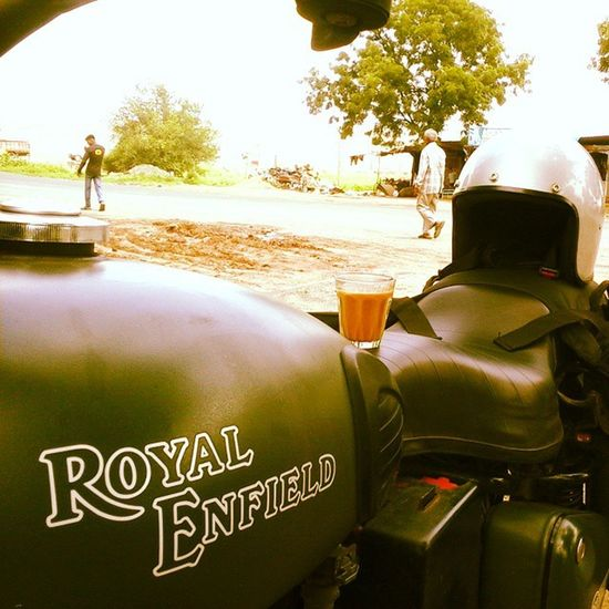 Kyuki Chai toh mangta hai! (When all you need is a hot Cup of tea.) Royalenfield Bullet Motorcycle Re BritishMotorcycles Roadtrip RideOrDie Helmet Instapic Instaride Instamoto Instabike Rideon Tea Teabreak