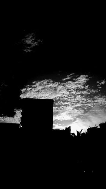 Perderme entre tus ojos mientras tus manos sujetan mi cara y mi cuerpo tiembla de placer Black And White Blackandwhite Photography Sombras Igblacknwhite Blacknwhite Declaración Nature Photography Nature_collection Naturelovers Skyporn Sky_collection Skyscape Sky Streetphoto_bw