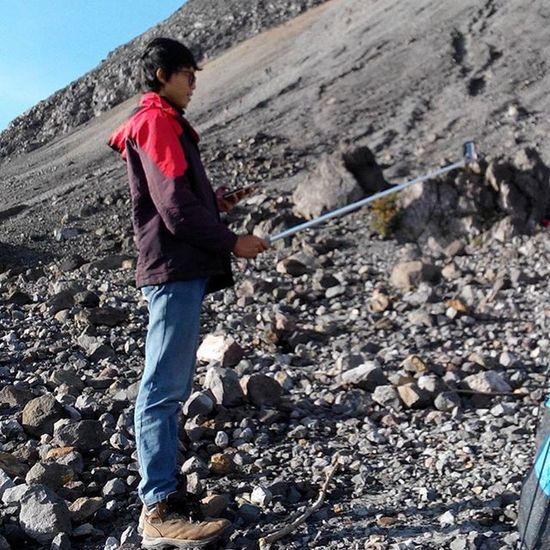 """sebuah kegiatan sakral yang wajib di lakukan saat melakukan perjalanan, """"Mengabadikannya"""" ------------------------------------ Goodmorning INDONESIA Sunrise Mountain Merapi Volcanoes Hiking Climb Adventure People Pendaki Gunung Summit Emotion Adventure Trip Masl Mdpl"""