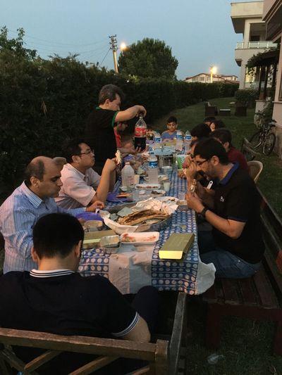 Komşular ile birlikte iftar yemeği