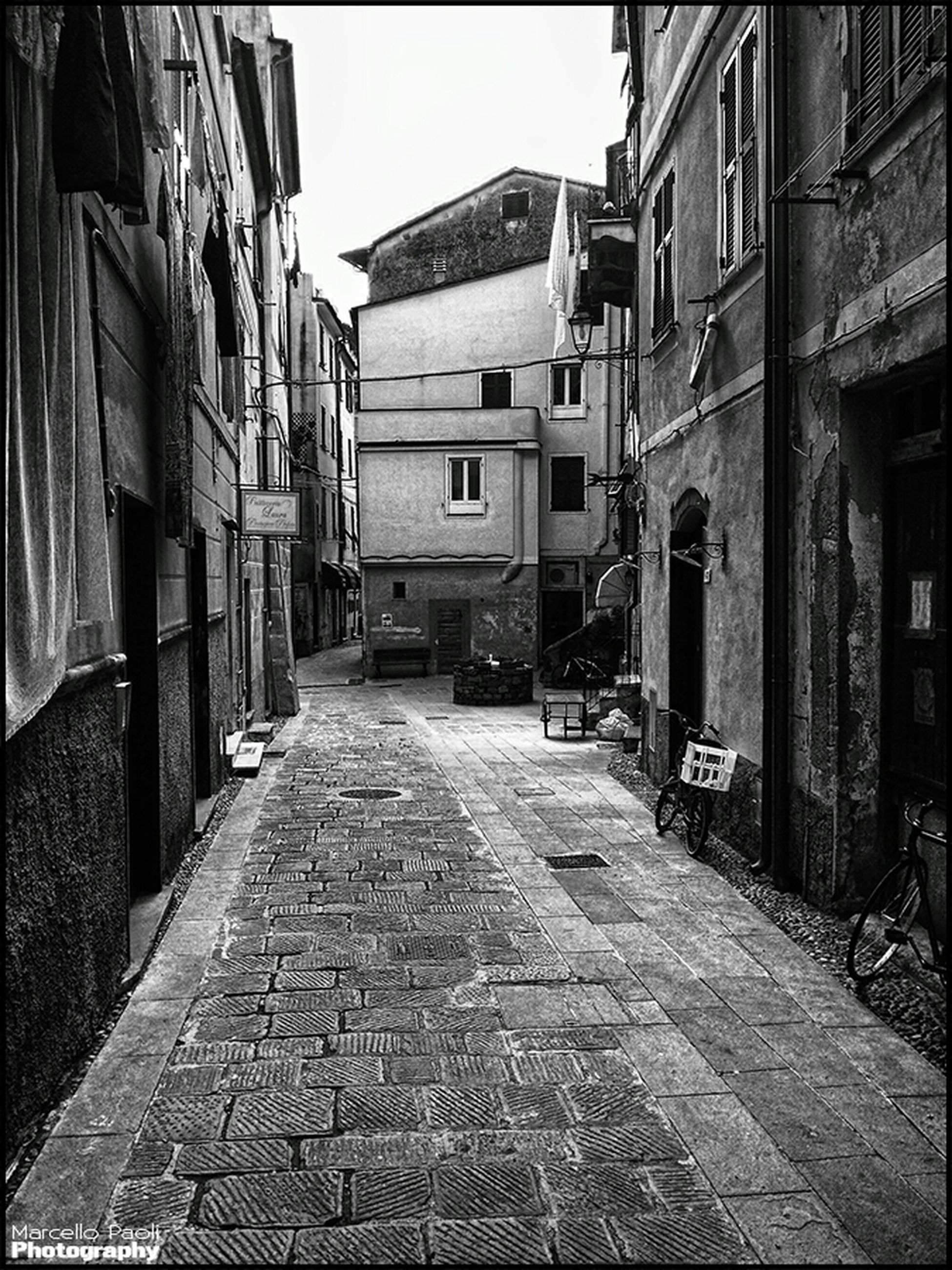 building exterior, architecture, built structure, the way forward, street, residential building, cobblestone, residential structure, diminishing perspective, city, building, alley, narrow, vanishing point, empty, house, town, walkway, residential district, clear sky