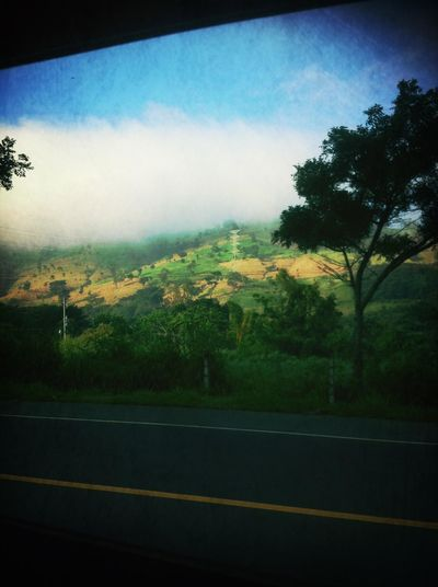 hoy me dirijia muy temprano a mi trabajo y note que parte del cerro de guazapa estaba asi