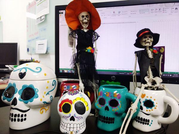 EyeEm Selects Dia De Los Muertos Dia De Muertos México Dia Muertos Oficina Skulls And Bones Skulls 💀 Skull And Bones DIA DE MUERTOS Indoors  Office Hours