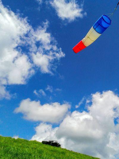 パラグライダー 草原 夏空 青空 夏の雲 高原 白い雲 丘 風 夏休み Flying Mid-air Flag Wind Sky Cloud - Sky Paragliding Taking Off