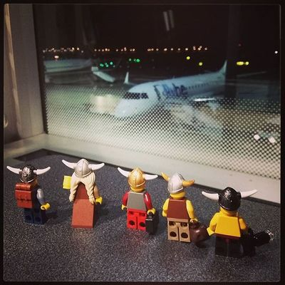 The Vikings are ready to come home. It was a bit of a phaff getting the swords through security, but when they explained they were heading back to Norway, the staff understood. Manchesterairport LEGO Legominifigures Legovikings