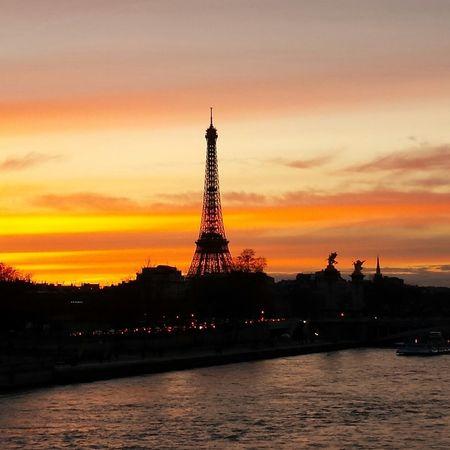 Paris comme j'aime le soir le soleil s' abandonne à l'horizon avant de laisser place à la lune..... Paris ❤ Taking Photos Beautiful Sunset Enjoying The Sunset