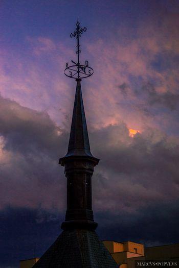 Título: Caprichos oscuros/Dark whims Autor: Marcus Populus Lugar: Madrid Cámara: SONY SLT A65V Punto F: f/5 Tiempo de exposición: 1/250s Velocidad ISO: 100 Distancia focal: 50mm Architecture Building Exterior Built Structure Cloud - Sky Nature No People Sky Tower