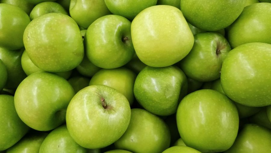 Green apple on supermarket shelf Healthy Eating Fruit Food Green Color Food And Drink Freshness Backgrounds Full Frame No People Large Group Of Objects Close-up Healthy Lifestyle Indoors  Granny Smith Apple Studio Shot Day Nature Supermarket