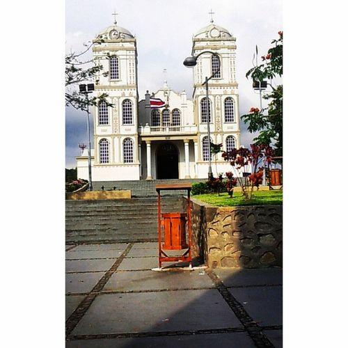 Sarchí un pueblo, no muy grande, pero sí muy bello.... Costarica Sarchi Iglesia Banderanacional BanderaNacional Ticos costarica