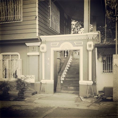 Day 30: Admiring old houses This house has been renovated (obviously) but it's cool that they didn't take out the mini Escalera . Oh! The feels of being Mariaclara ! Etchos!!!!! Bahaynabato 100happydays filipinosbelike Ibarra Laguna