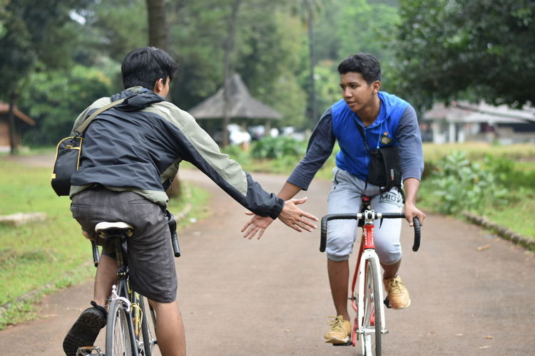 Studio Alam TVRI Bicycle Cycling Friendship Lifestyles Riding Road Transportation Two People