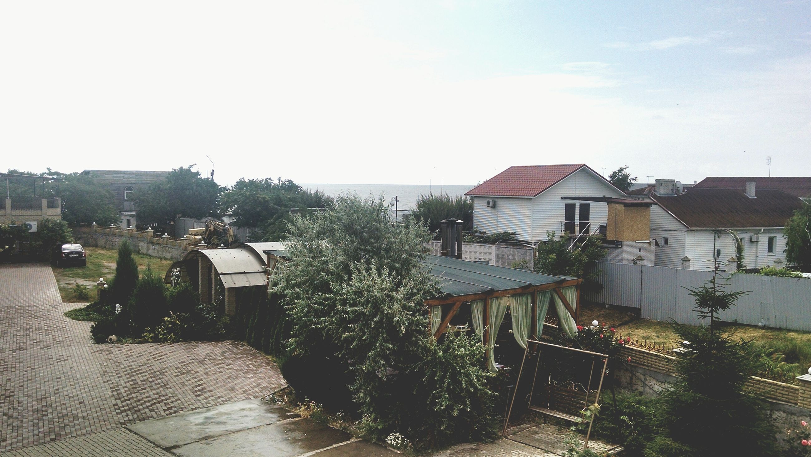 building exterior, architecture, built structure, house, residential structure, residential building, sky, roof, tree, residential district, day, town, high angle view, clear sky, outdoors, plant, growth, no people, nature, sunlight