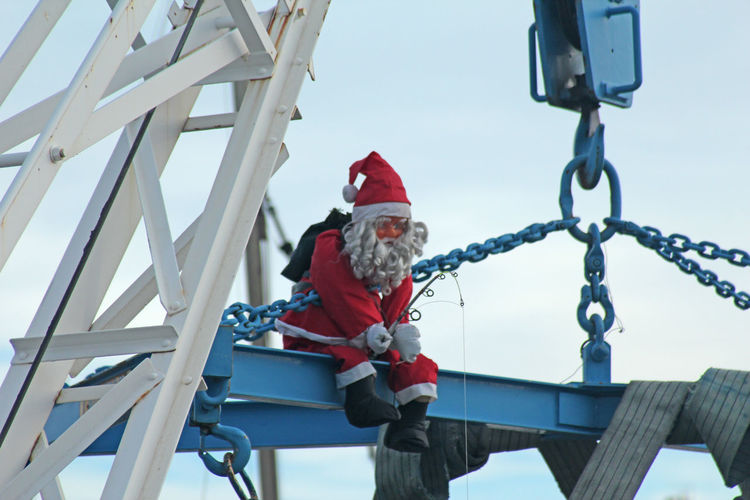Flying High One Man Only Only Men Climbing Winter Adults Only Snow Outdoors One Person Men Technology Adult People Cold Temperature Day Headwear Sky Christmas Decoration Santa Claus Santa Noël Père Noël Break The Mold