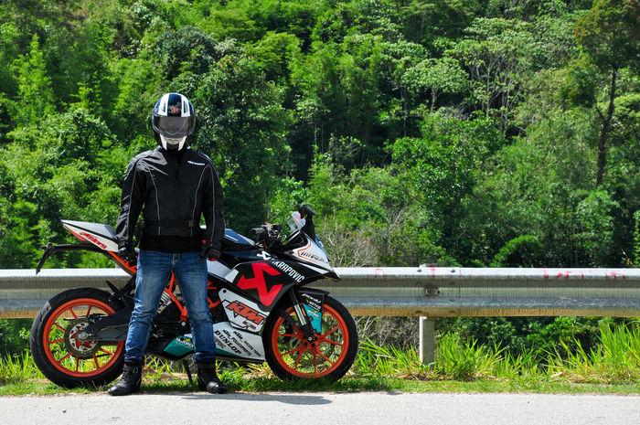 Rider. Transportation Riding Mode Of Transport Real People Outdoors Headwear People One Person Superbike KTMRacing Ktm Ktmbike Ktmworld Ktmrc200 Ktm Lover! EyeEmNewHere