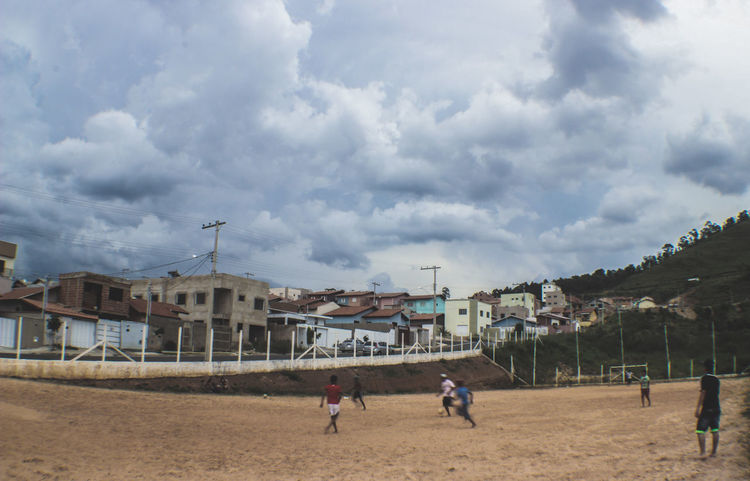 Foto: China Trindad Campinho De Terra Fifa Kids Architecture Building Exterior Built Structure Cloud - Sky Favelabrazil Futebol Large Group Of People Real People Sport Streetphotography